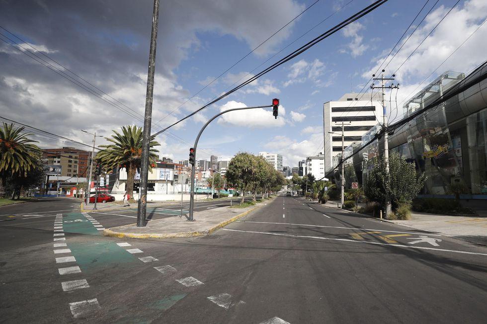 Calles vacías en Quito tras el anuncio del toque de queda. (EFE/ Paolo Aguilar).
