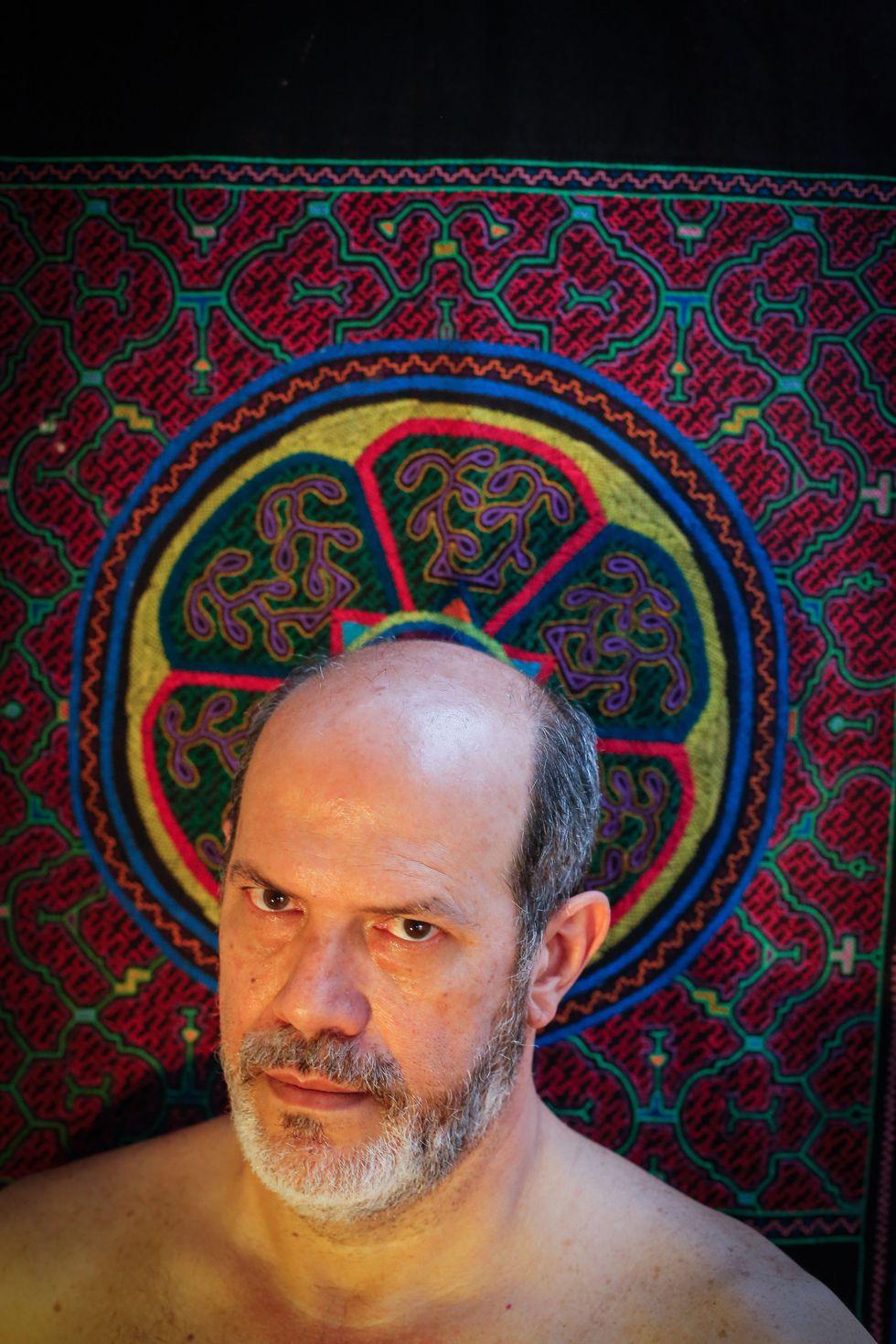 El artista transfigurado en su obra. (Foto: Hugo Pérez)