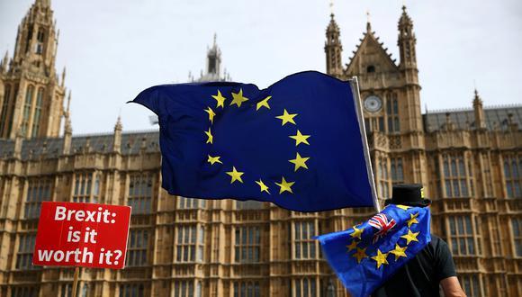 Un ciudadano protesta contra el Brexit en las afueras del Parlamento británico. (Foto: Reuters)