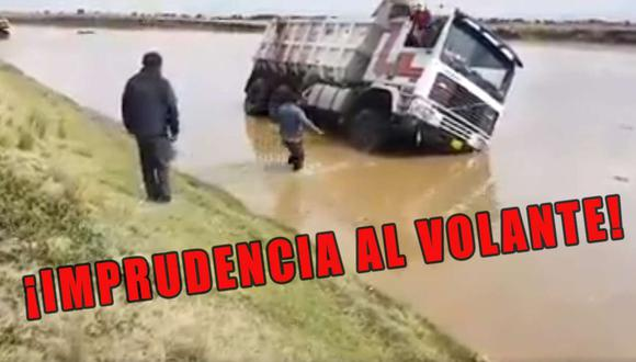 Afortunadamente, tanto el chofer como el copiloto logran salir del vehículo, viendo cómo su unidad yacía bajo el agua. (Captura del video de Radio Onda Azul)