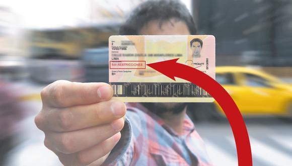 En la imagen se muestra el brevete de categoría AIIB profesional que obtuvo el periodista, en el que no se consignan restricciones pese a que tiene miopía severa.   (Foto: Hugo Pérez / El Comercio)