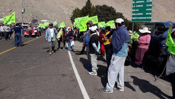 Luego de cuatro horas de bloqueo, los manifestantes contra el proyecto minero Tía María despejaron la vía Panamericana Sur. (Foto: Zenaida Condori)