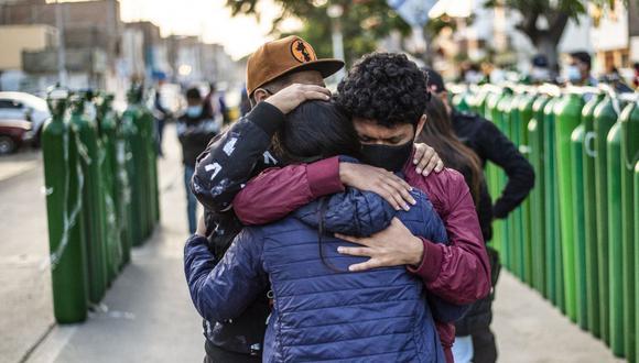 Familiares de personas enfermas de coronavirus están desesperadas por encontrar oxígeno para mantener con vida a sus seres queridos en Perú. (Foto de ERNESTO BENAVIDES / AFP).