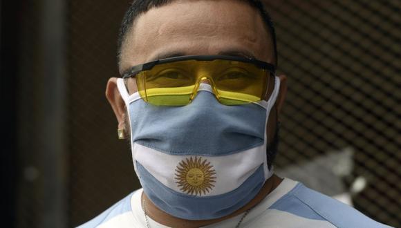 Un hombre que llevaba una máscara facial con una bandera nacional argentina, posa durante el bloqueo impuesto por el gobierno contra la propagación del nuevo coronavirus, COVID-19, en Buenos Aires (Foto: JUAN MABROMATA / AFP)