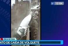 La Victoria: video registra momento en que volquete cayó mientras obreros intentaban retirarlo del cerro El Pino | VIDEO