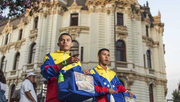 Migrantes venezolanos se ven forzados a vender arepas en las calles de Lima para sobrevivir. (foto: Omar Lucas)