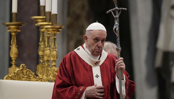 En esta fotografía de archivo del martes 29 de junio de 2021, el Papa Francisco celebra la Misa durante la Solemnidad de los Santos Pedro y Pablo, en la Basílica de San Pedro en el Vaticano.. (AP/Gregorio Borgia).