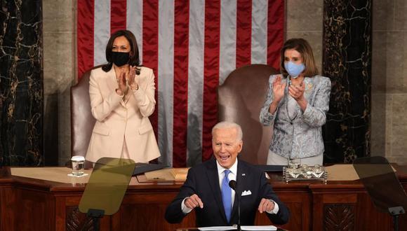 El presidente de Estados Unidos, Joe Biden, habla en una sesión conjunta del Congreso mientras la vicepresidenta Kamala Harris (izq.) y la presidenta de la Cámara de Representantes, Nancy Pelosi, están detrás de él en el Capitolio. (EFE / EPA / Doug Mills).
