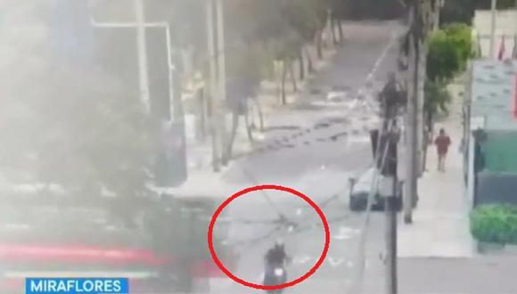 Violento accidente fue registrado por cámaras de seguridad en Miraflores.(Captura: TV Perú)