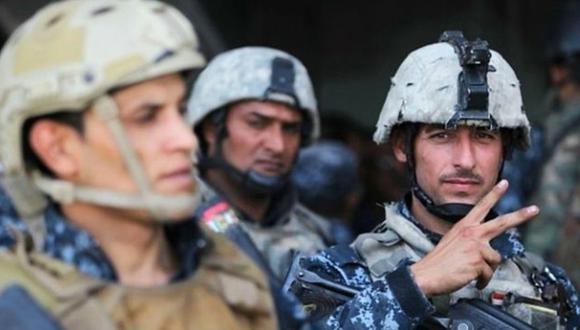 Miembros de las fuerzas de seguridad iraquíes celebran la victoria en Mosul. (Foto: AFP)