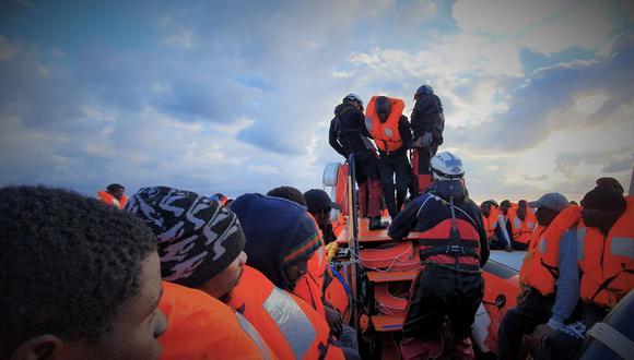 """La tripulación y los 274 migrantes rescatados por el barco humanitario """"Ocean Viking"""", de las ONG Médicos Sin Fronteras (MSF) y SOS Mediterranée, permanecerán en cuarentena ante la epidemia de coronavirus, informó el presidente de la región, Nello Musumeci. (Foto: Reuters)"""