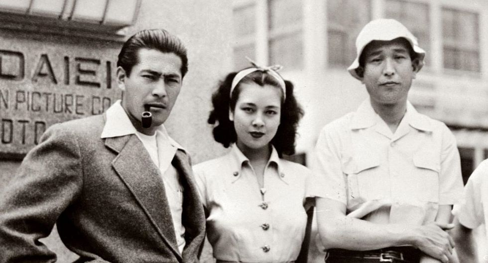 Kurosawa ( nacido un 23 de marzo) y Mifune ( 1 de abril) conforman una de las más grandes duplas del cine mundial. En esta imagen vemos al cineasta (extremo derecho) acompañado de su actor fetiche (extremo izquierdo) y una mujer de identidad desconocida.