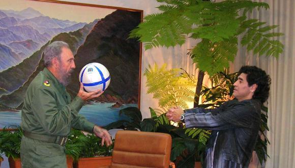Fidel Castro juega con una pelota de fútbol con Diego Armando Maradona el 26 de octubre de 2005 en La Habana. (Foto de HO / CANAL 13 / AFP).