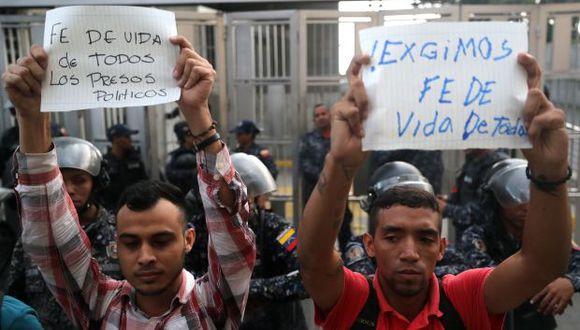Simpatizantes de opositores venezolanos presos se manifiestan frente al edificio del Servicio de Inteligencia donde, según la Fiscalía venezolana, el concejal Fernando Albán Salazar se suicidó. (Foto: EFE)