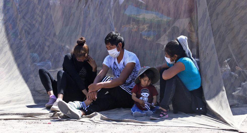 Imagen de bolivianos varados en Huara, Chile, a unos 160 kilómetros de la frontera con Bolivia, Archivo del 1 de abril de 2020. (Ignacio MUNOZ / AFP).