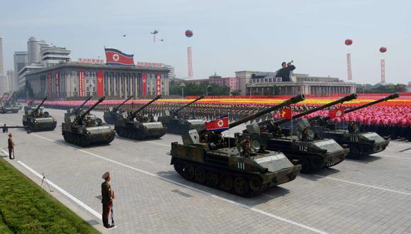 En una foto de archivo tomada el 27 de julio de 2013, los tanques norcoreanos pasan por la plaza Kim Il-Sung durante un desfile militar que marca el 60 aniversario del armisticio de la guerra de Corea en Pyongyang. (AFP/Ed JONES).