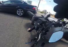 Australia: motociclista intenta sobrepasar a vehículos en una curva y protagoniza fuerte choque