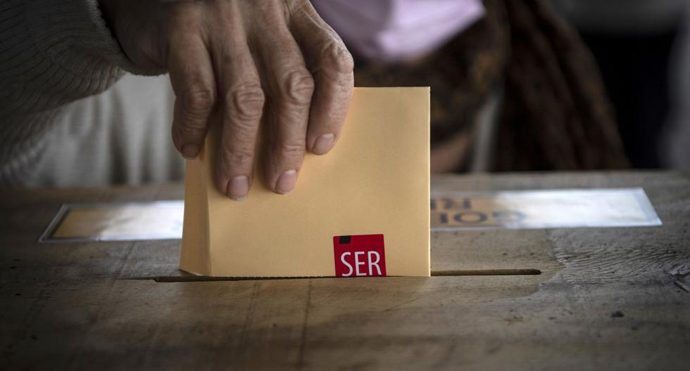 Tras procesarse el 99,91% de los votos, el panorama muestra que la Convención Constituyente estará conformada por 65 independientes, 53 opositores y 37 oficialistas. Los resultados han sido interpretados como una gran derrota para el oficialismo y una tremenda victoria para los candidatos independientes. (Foto: Martin Bernetti / AFP)