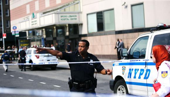 Imagen referencial. Un policía dirige a las personas en Nueva York (Estados Unidos), el 30 de junio de 2017. (EDUARDO MUNOZ ALVAREZ / AFP).