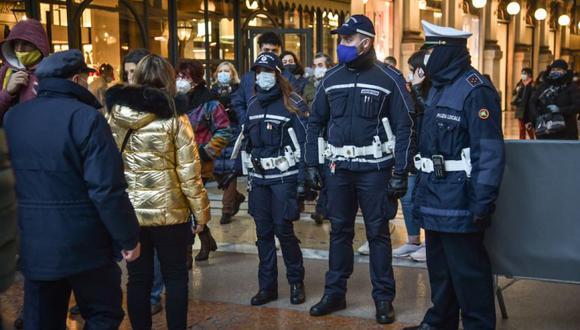 Barreras y agentes de la Policía Local regulan la afluencia de visitantes para evitar aglomeraciones en la entrada a la Piazza Duomo de la Galería Vittorio Emanuele, en Milán, Italia. (Foto: ESQUINA EFE / EPA / MATTEO).