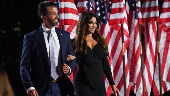 Donald Trump Jr. y Kimberly Guilfoyle son vistos durante la Convención Nacional Republicana en el Jardín Sur de la Casa Blanca, en Washington, DC (Estados Unidos), el 27 de agosto de 2020. (SAUL LOEB / AFP).