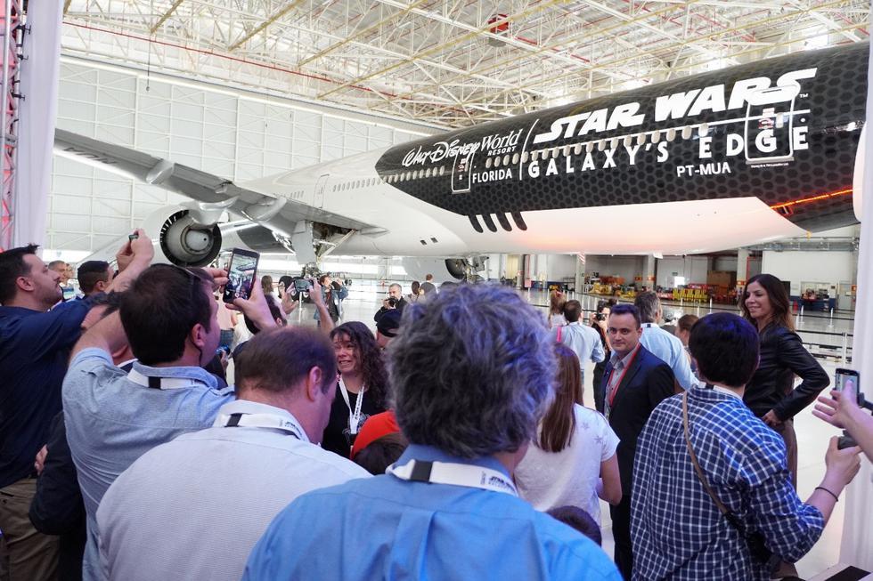 """Latam Airlines Group y Disney revelaron el """"Stormtrooper Plane"""", avión de la compañía diseñado en conmemoración de la reciente apertura de Star Wars: Galaxy's Edge en Disney's Hollywood Studios, en Florida (Estados Unidos)."""