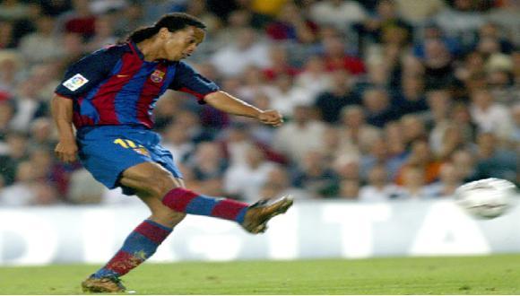 Ronaldinho sorprendió al Camp Nou con un golazo en su debut con la camiseta del FC Barcelona   Foto: Web Barcelona
