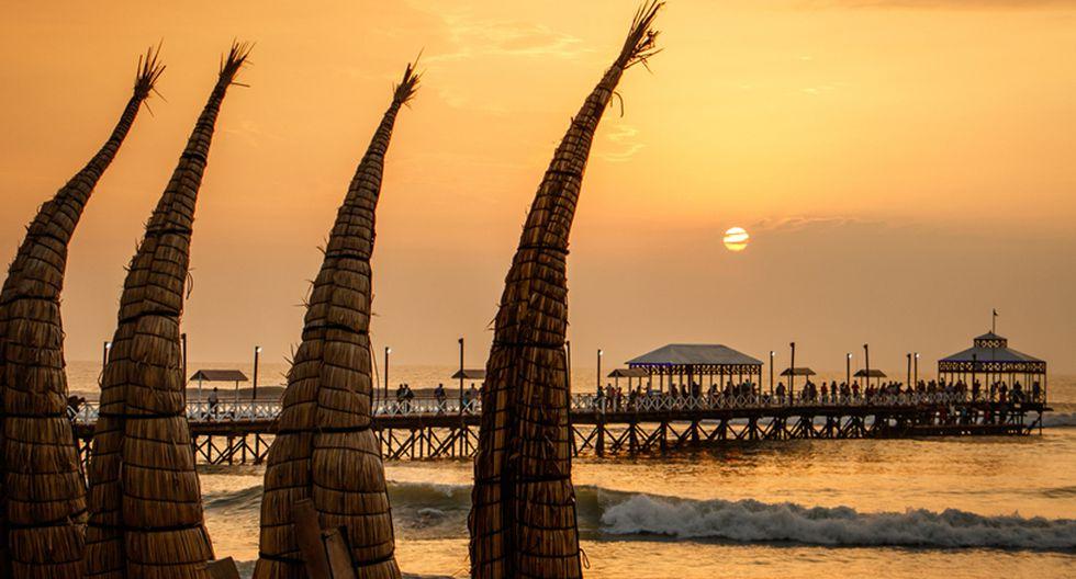 Huanchaco. Ubicado a 13,5 kilómetros de Trujillo, aquí puedes sortear olas en los tradicionales caballitos de totora, previa coordinación con los pescadores de la zona. Su playa es conocida porque aquí se realiza el campeonato Mundial de Longboard todos los años. (Foto: Shutterstock)
