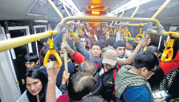 Usuarios se quejan constantemente porque este servicio ha colapsado: largas colas y buses repletos son problemas de todos los días en el Metropolitano. (Félix Ingaruca / El Comercio)