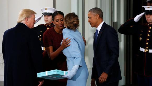 Michelle Obama, rodeada por Barack Obama y Donald J. Trump, saluda a Melania Trump en la Casa Blanca. (Foto: Archivo / Reuters)