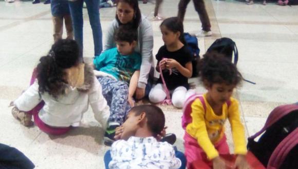 Las autoridades de Venezuela anularon los pasaportes de más de 100 niños que viajaban con Andres Hurtado al Perú para reencontrarse con sus padres. (Foto: Twitter/@Beadrian)