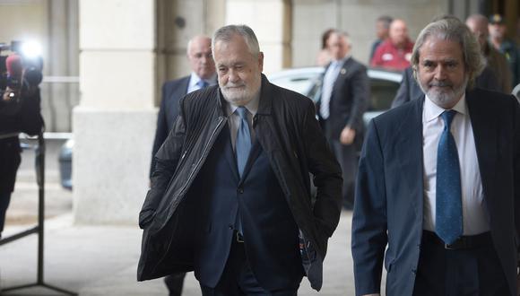 El ex jefe del gobierno regional de Andalucía, José Antonio Griñán (izquierda), llega al juzgado de Sevilla para recibir su sentencia por el Caso ERE. (AFP / CRISTINA QUICLER).