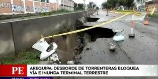 Arequipa: Vía bloqueada y viviendas colapsadas tras desborde de torrenteras