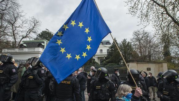 Una manifestante sostiene una bandera de la Uniñon Europea durante una manifestación frente a la embajada de Rusia en República Checa el 18 de abril de 2021. (Foto de Michal Cizek / AFP).