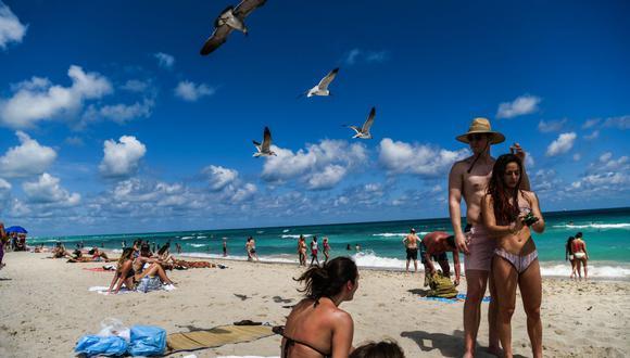 Miami Beach convoca a vacunarse contra el coronavirus en la playa con dosis de Johnson & Johnson. (Foto: CHANDAN KHANNA / AFP).