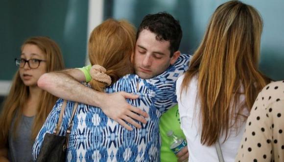 La gente se abraza en el Centro Comunitario de Surfside, donde las autoridades se llevan a los residentes y familiares de un edificio parcialmente derrumbado en Surfside cerca de Miami Beach, Florida, EE. UU. (Foto: Reuters).