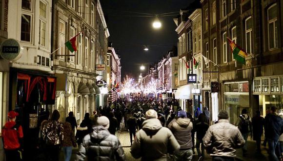 Holandeses se manifiestan contra el toque de queda y el confinamiento en Maastricht. (Foto: EFE)
