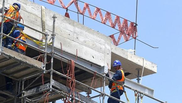 En febrero, el sector construcción se redujo en -0,23% ante el menor avance físico de obras públicas —de gobiernos locales y regionales— (-4,98%); no obstante, creció el consumo interno de cemento (0,61%).