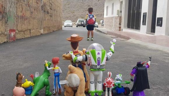 Una madre de Tenerife inmortalizó la partida de su hijo Enzo a su primer día de clases causó furor en las redes sociales. | Crédito: @19_datf / Twitter.