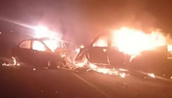 Las dos unidades fueron consumidas por las llamas luego del fuerte impacto. (Foto: PNP)