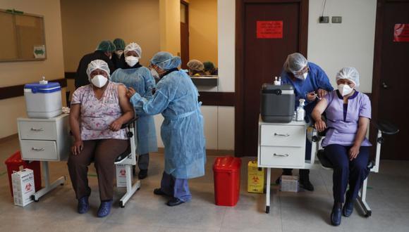 El Gobierno de Luis Arce considera que la solución a la pandemia es la inmunización que en una primera instancia se aplica al personal de la salud. (Foto: AP/ Juan Karita).
