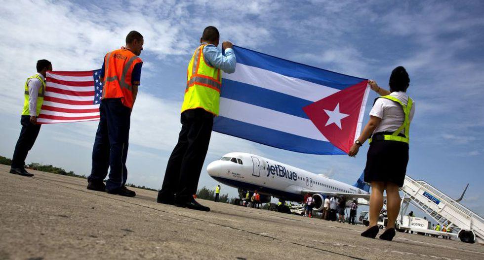 Esta foto del 31 de agosto del 2016 muestra a trabajadores del aeropuerto de Santa Clara, en Cuba, recibiendo al vuelo 387 de JetBlue, el primer vuelo comercial entre Estados Unidos y la isla en más de medio siglo. (Foto: AP)