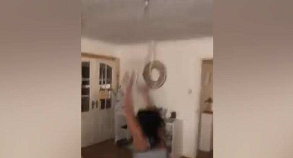 Debido a su peso y a sus movimientos, la lámpara se desprendió del techo, ocasionando que la joven cayera al suelo. (YouTube: ViralHog)