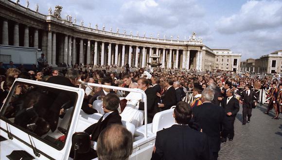 En esta foto de archivo tomada el 13 de mayo de 1981, el papa Juan Pablo II es ayudado por sus guardaespaldas luego de ser baleado por el nacionalista turco de extrema derecha Mehmet Ali Agca en la Plaza de San Pedro en el Vaticano. (ARTURO MARI / VATICAN MEDIA / AFP).