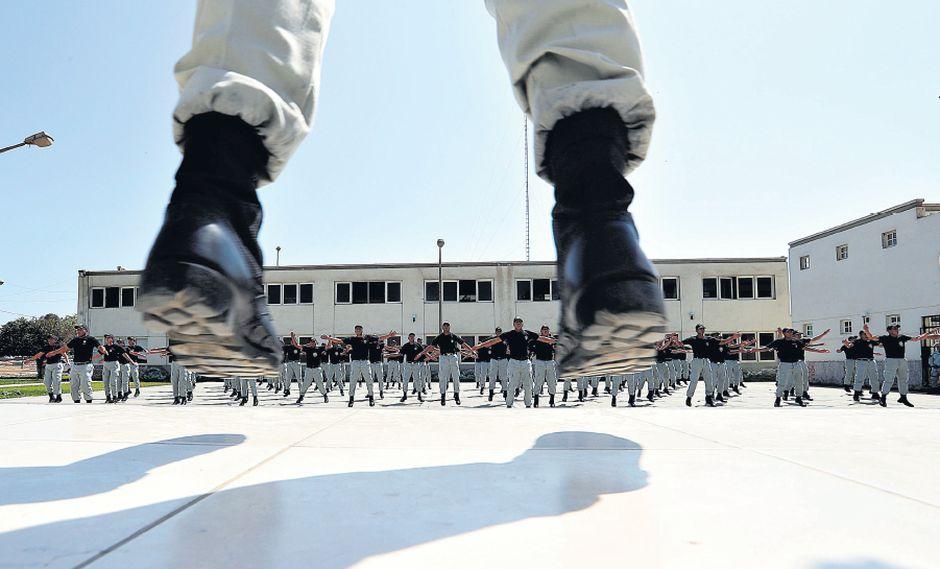 Los aspirantes a agentes penitenciarios realizan sus ejercicios en el patio de entrenamiento del Centro de Estudios Criminológicos y Penitenciarios. El 19 de marzo pasado iniciaron su preparación. (Foto: Rolly Reyna / El Comercio)