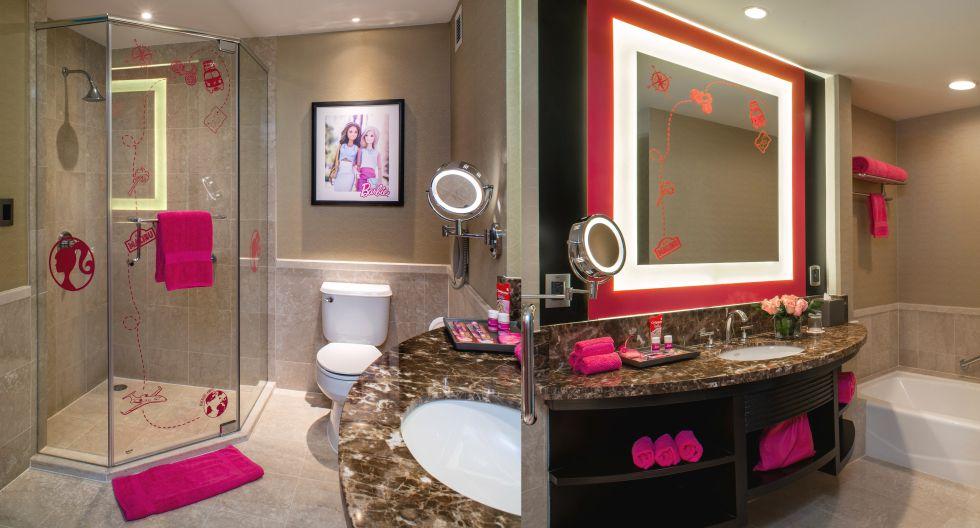 Hasta los baños del cuarto han sido personalizados con detalles en color rosa y magenta. Las toallas, el espejo y hasta los objetos de limpieza personal son de estos colores. (Foto: JW Marriott)