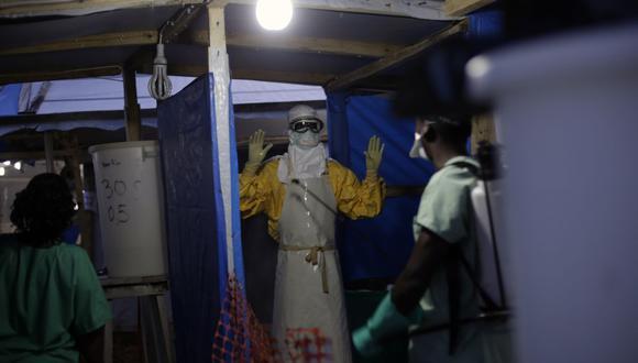 En esta fotografía de archivo del 20 de noviembre de 2014, un trabajador de salud de MSF contra el ébola es rociado cuando sale de la zona contaminada del centro de tratamiento del ébola en Gueckedou, Guinea. (AP/Jerome Delay).