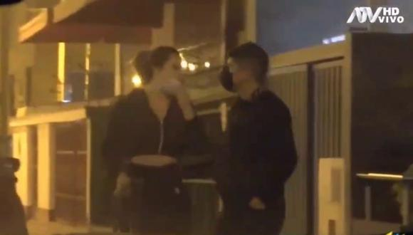 John Kelvin y una joven fueron captados juntos ingresando y saliendo de un hotel. (Foto: Captura ATV).