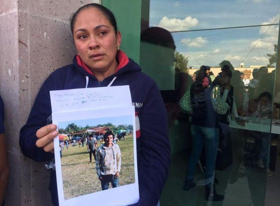 Citlatli Jazmín muestra una foto de su tío, Marco Antonio San Juan, de 30 años, que está desparecido.