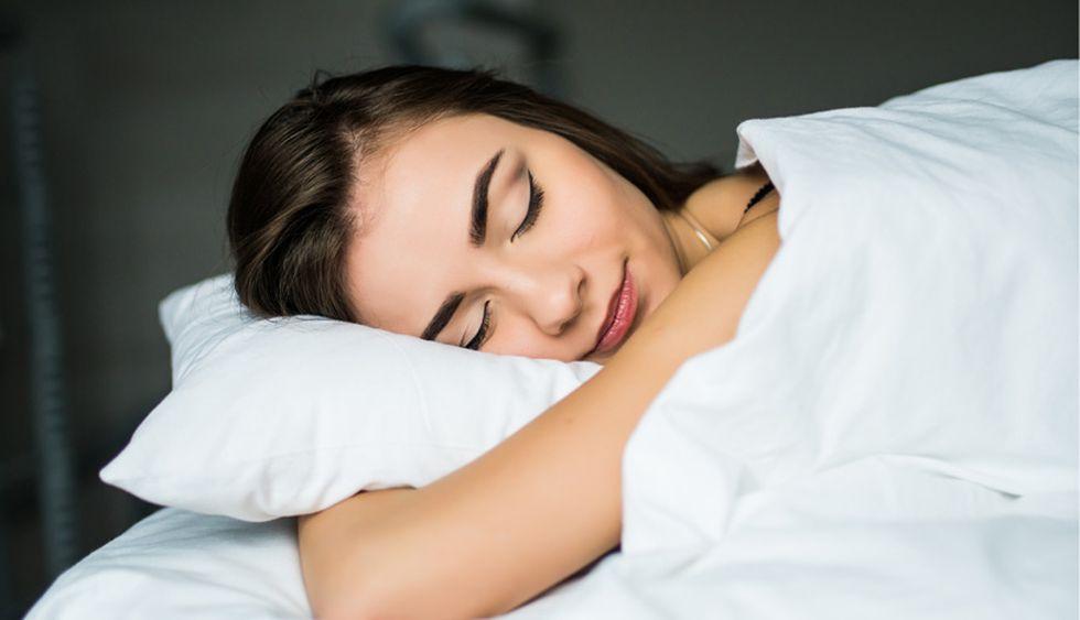 Al dormir. Con esto no te decimos que dormir menos es mejor sino que hacerlo en exceso es dañino. Ocho horas es la cantidad perfecta de horas de sueño necesarias para sentirnos descasadas así que tirarte mediodía en la cama un fin de semana no te hará recuperar horas de sueño perdidas sino que después te sentirás más cansada, tendrás dolor de cabeza, etc. (Foto: Shutterstock)